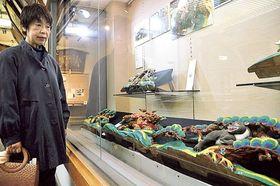 彫刻が並ぶ展示会=静岡市葵区の市文化財資料館