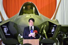 F35A最新鋭ステルス戦闘機初配備の記念式典で、訓示する小野寺防衛相=24日午後、青森県三沢市の航空自衛隊三沢基地