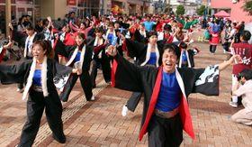 新しい総踊りを披露するパレードの参加者=佐世保市、させぼ五番街