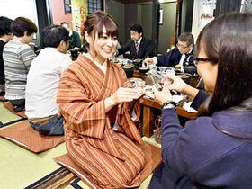ふくしまの酒を味わいながら懇談をする氏家さん(中央)=16日午後、会津若松市
