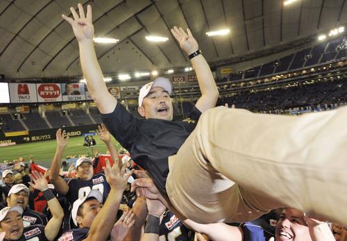 4連覇を果たし、胴上げされるオービックの大橋誠ヘッドコーチ=3日、東京ドーム