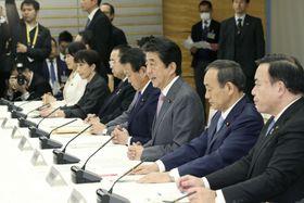 原子力災害対策本部会議であいさつする安倍首相(右から3人目)=17日午前、首相官邸