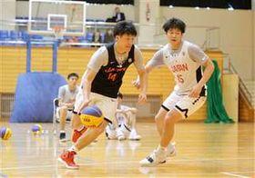 3人制日本代表候補の練習で、ドリブルで攻め込む杉本。合宿では攻撃力の高さを示した=15日、横手体育館