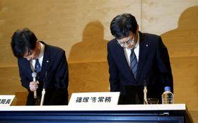 報道番組「スーパーJチャンネル」でやらせがあったとして、記者会見で謝罪するテレビ朝日の篠塚浩常務(右)ら=16日午後、東京都港区