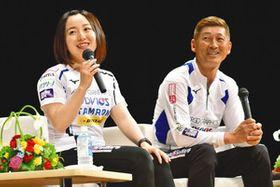 平昌五輪での思い出を語るロコ・ソラーレの藤沢選手(左)と小野寺コーチ=大野町総合町民センターで