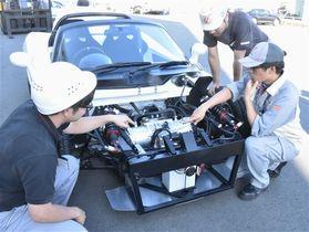 独自の2段階変速機を搭載した新開発の試験用電気自動車(EV)=10日午後、湖西市のユニバンス本社