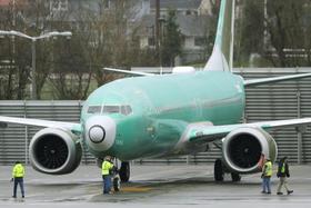 米ワシントン州の空港に駐機されたテスト飛行前のボーイング737MAX=11日(AP=共同)