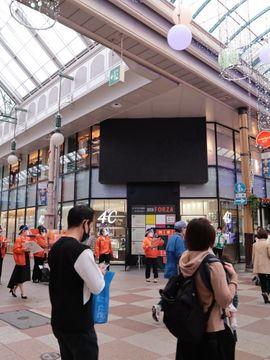 ハマクロス411の外壁に設置された大型ビジョン=長崎市浜町