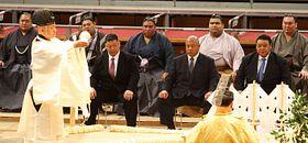 土俵祭りに出席した御嶽海(中央奥)=9日、福岡国際センター