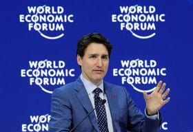 23日、スイスで開かれたダボス会議で講演するカナダのトルドー首相(ロイター=共同)