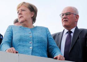 ドイツ南部で行事に出席したメルケル首相(左)とカウダー氏=19日(ロイター=共同)