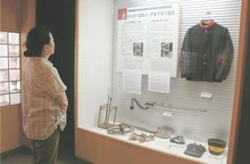 館内には当時の軍服や帽子などの装備品が展示されている