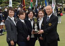 初代女王に輝き松本会長(右)から優勝カップを受け取る鹿沼CC・Aチーム
