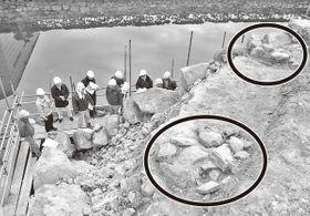 石垣解体修理工事の現場を視察する専門家ら。右手前と右奥の丸印内が多聞塀の柱跡とみられる石組み=香川県高松市玉藻町、史跡高松城跡