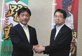 熱戦を約束して斎藤淳一郎市長(右)と握手する江部社長=矢板市役所で