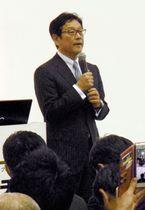 日本ハムグループの展示会で講演する栗山監督=19日、千葉市