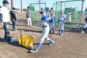 栃木GBのスタッフから打撃指導を受ける参加者