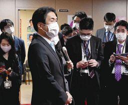 自民党へ離党届を提出後、記者の取材に答える白須賀貴樹衆院議員