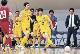 ゴールに迫るヴィンセドール白山の選手=東京都立川市のアリーナ立川立飛