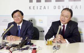 経済同友会の次期代表幹事就任が内定し、記者会見する桜田謙悟氏。左は小林喜光代表幹事=16日午後、東京都内