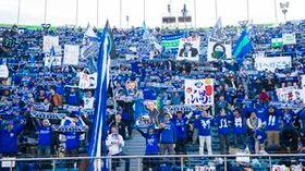 2013年にJ1昇格を決めた京都戦のスタンド。青一色のサポーターが埋め尽くした。14日のShonanBMWスタジアム平塚はどんな光景を見せるだろうか=東京の国立競技場