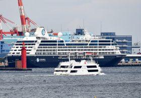 停泊中の外国客船を洋上から見学するマリーンルージュ=14日、横浜港