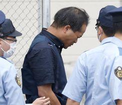 送検のため、茨城県警取手署を出る宮崎文夫容疑者=20日午前6時56分