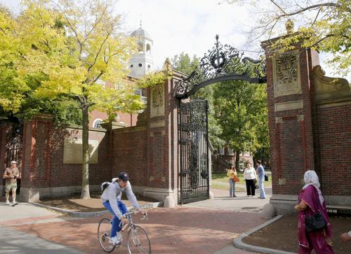 米ハーバード大の正門、ジョンストンゲート=米マサチューセッツ州ケンブリッジ(共同)