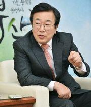 インタビューに応じる徐秉洙釜山市長(同市提供)