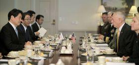 マティス米国防長官(右から2人目)と会談する小野寺防衛相(左端)=20日、米国防総省(ロイター=共同)