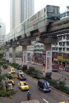 2005年、日本の技術と円借款で開通した中国・重慶市の「重慶モノレール」(共同)