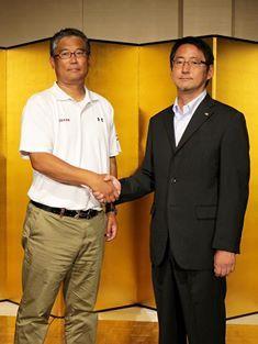 パールボウル決勝の記者発表で鹿島の森HC(左)と握手する富士通の藤田HC=撮影:Yosei Kozano、6月21日、都内ホテル