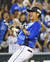 8回、逆転の2点三塁打を放ち、喜ぶ西武・金子侑=メットライフドーム