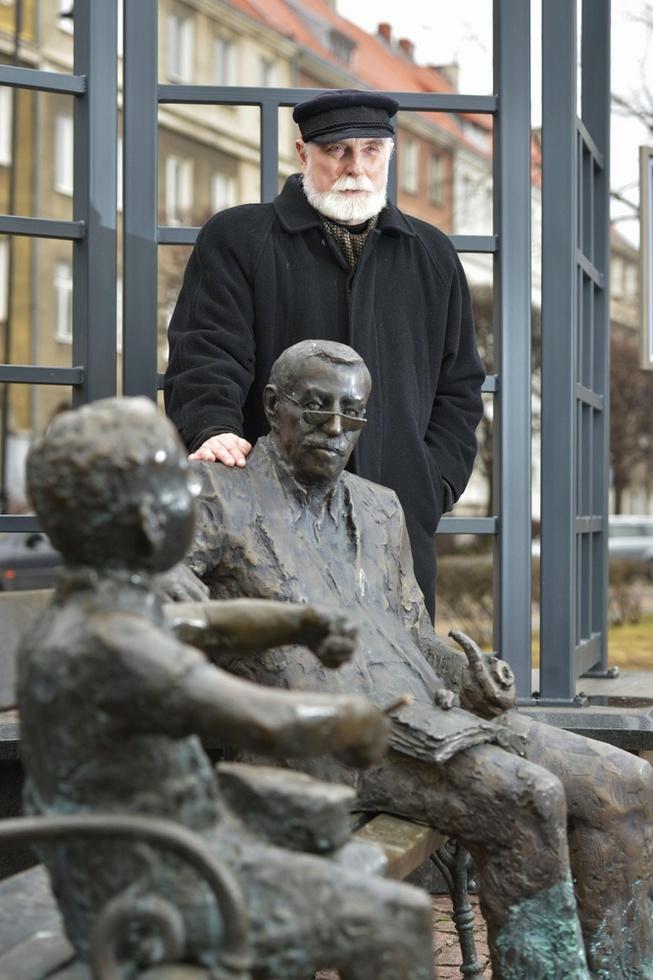 「ブリキの太鼓」の主人公オスカルとギュンター・グラスの像が置かれた公園で、グラスとの思い出を話す作家ステファン・フウィン=ポーランド・グダニスク(撮影・伊藤智昭、共同)