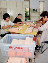 参院選に向け、慌ただしく準備に追われる立候補予定者の支援者ら=26日午前、宮崎市