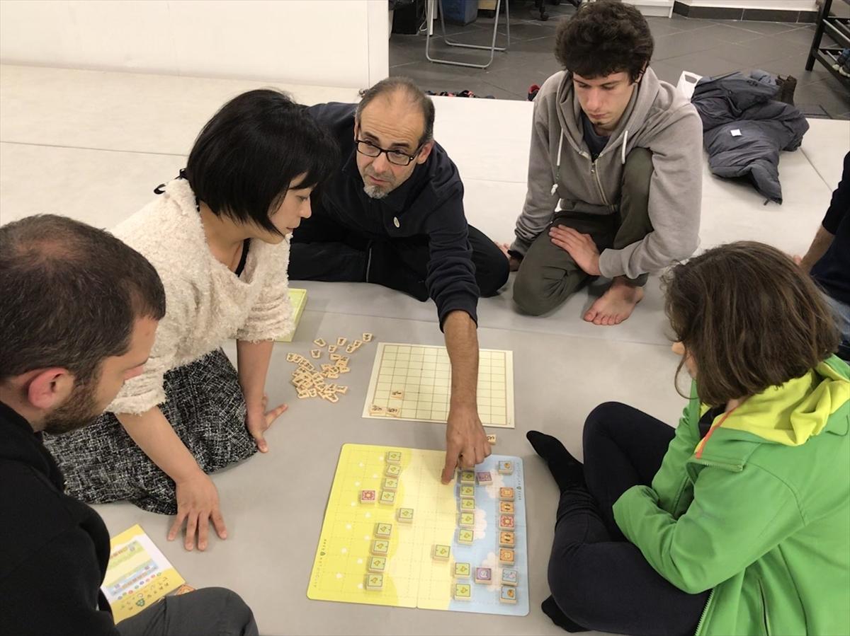 柔道の道場に将棋を並べて説明