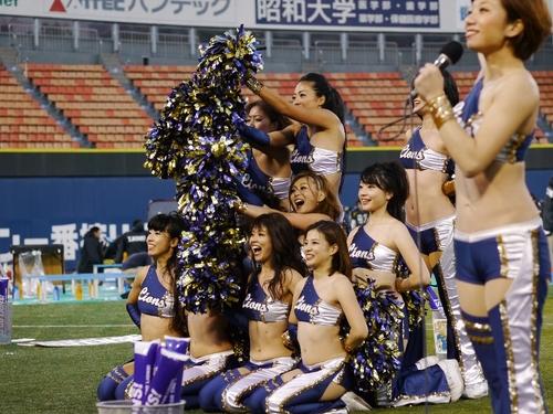 「私たちはNo.1を目指します」とあいさつするオール三菱チアリーダー=撮影:Yosei Kozano、1日、横浜スタジアム