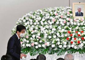 横田滋さんお別れ会に出席した安倍前首相=2020年10月24日