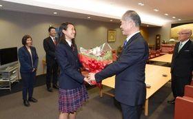 祝福の花束を贈られる蓮輪真琴主将(左から3人目)=山陽新聞社
