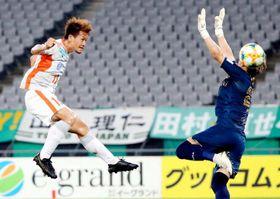 【東京V―愛媛FC】前半、ヘディングで先制ゴールを決める愛媛FC・藤本(左)=味スタ