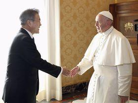 18日、バチカンでローマ法王フランシスコ(右)と握手する韓国の文在寅大統領(聯合=共同)