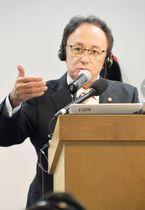 沖縄の基地問題について話す沖縄県の玉城デニー知事=14日、米カリフォルニア州のスタンフォード大(共同)