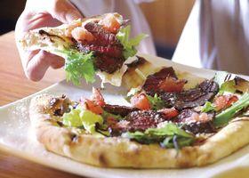 和歌山県新宮市の「Pizzeria koma」のクジラを使ったピザ(熊野灘捕鯨文化継承協議会提供)