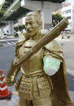 左腕の肘付近から先がもぎ取られているのが見つかった織田信長像=24日午前、名古屋市西区