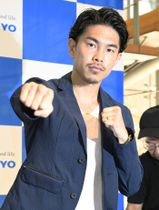 記者会見後、ポーズをとるボクシング元世界王者の井岡一翔=20日午前、東京都渋谷区