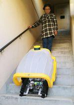 「アメーバエナジー」が開発した、階段の上り下りができる荷物運搬用「ソフトロボット」の実証実験=5日午後、神奈川県藤沢市