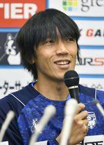 J2横浜FCに移籍し、記者会見する中村俊輔=16日、横浜市