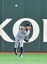 3回無死二塁、田中俊の右飛を捕り三塁へ送球するイチロー=東京ドームで