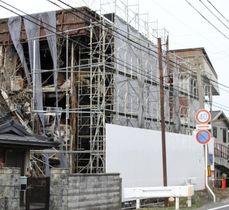 解体工事が始まったマンション=25日午後、滋賀県野洲市
