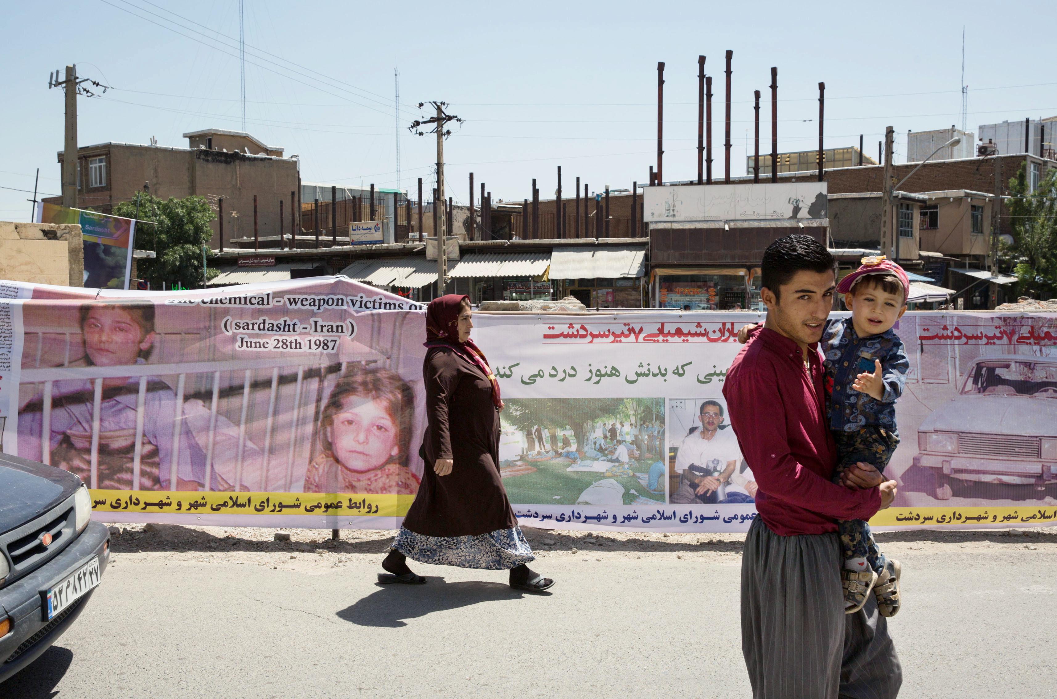 化学兵器攻撃があったイラン北西部サルダシュトの現場周辺。約8千人が被害に遭った当時の状況を横断幕が伝えている(撮影・澤田博之、共同)